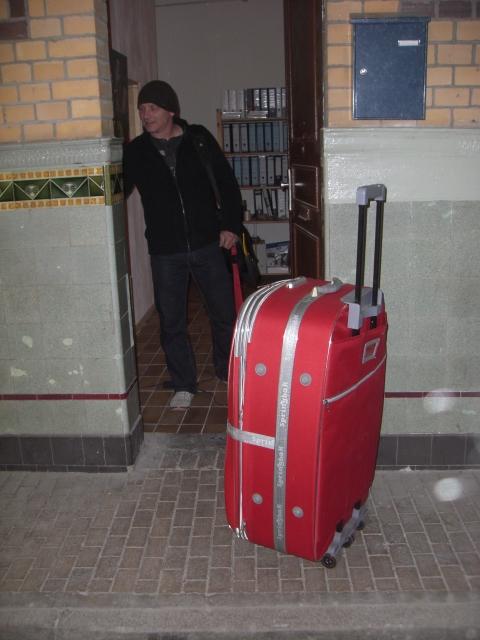 Andreas Mattern schließt die Hintertür seines Ateliers ab, um nach Venedig zu fahren.