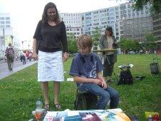 Leon Mattern und Martina Mattern beim schauen des Aquarells von Andreas Mattern