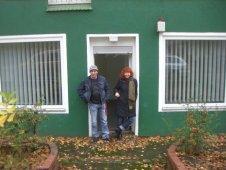 Meine Kollegin Susanne und ich in unserer neuen Ladentür