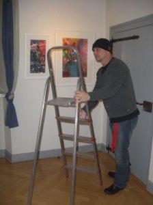 Andreas Mattern beim Hängen seiner Bilder