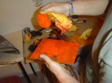 Andreas Mattern beim bestreichen der Radierplatte mit Farbe