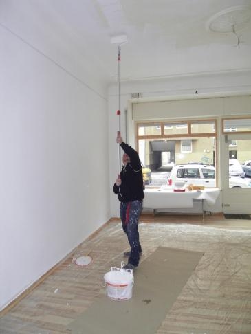 Andreas Mattern streicht den vorderen Raum im alten Atelier