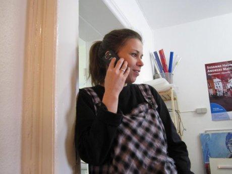 Martina Mattern beim Telefonieren