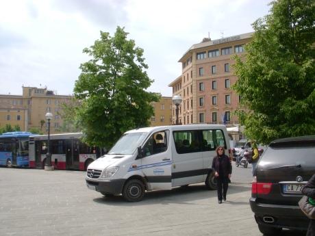 Kurze Verschnaufpause auf dem Bürgersteig von Siena