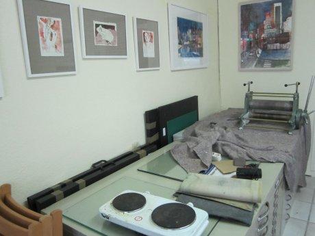 Wir haben die Radierpresse und die Kochplatte zum einschmelzen des Asphaltstaubes auf unseren Graphikschränken gestellt