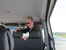 Manfred schaut von vorne in den Bus hinein!