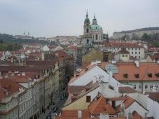 Blick aus dem Turm der Karlsbrücke über die Dächer von Prag