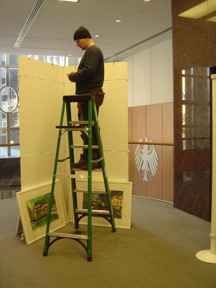 Auch in N.Y. müssen Künstler ihre Bilder selber hängen!