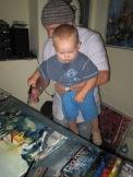 Melvin Mattern hilft seinem Vater