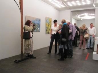 Wir - die Galeristin und Künstler werden fotografiert