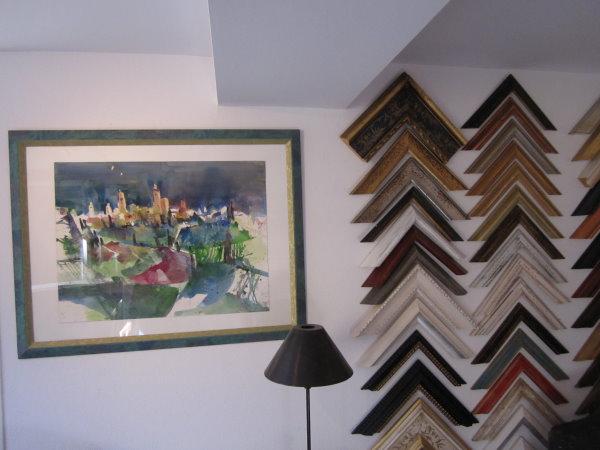 Hängung der Bilder in der Galerie