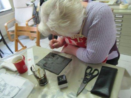 Ingeborg deckt die Platte ab