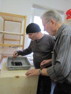 Andreas und Manfred passen auf die Zinkplatten in der Salpetersäure auf