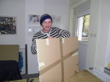 Andreas verpackt die Bilder