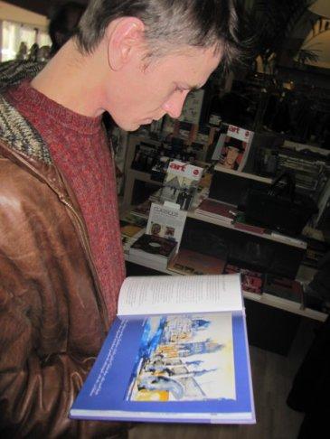 Patrick Hanke, ein sehr guter Aquarellist, blättert in meinem neuen Buch