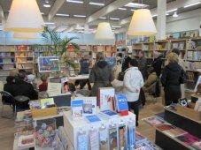 Ich stehe bei Boesner in der Bücherecke