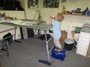 Mein Sohn vertritt mich im Atelier am Schreibtisch - er fragt sich bloß: wo ist Papa?